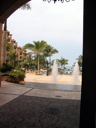 Villa del Palmar Flamingos : The front yard view from the lobby.