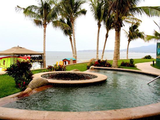 Villa del Palmar Flamingos : Jacuzzi with a full ocean view at the pool.
