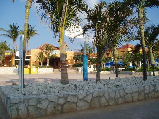 Club Med Cancun Yucatan : Central courtyard area near the bar.