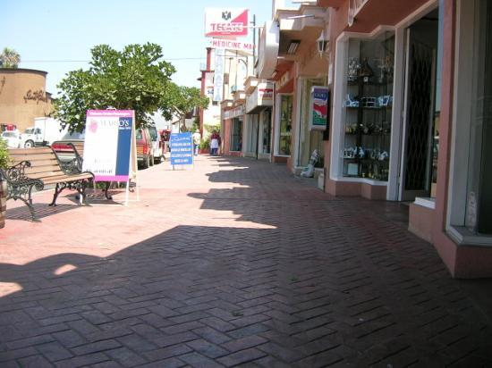 Avenida Lopez Mateos : Plenty of benches for the weary shopper
