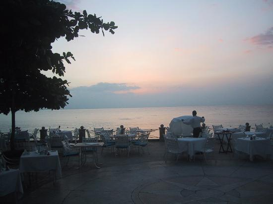 Round Hill Hotel & Villas: Sea Terrace