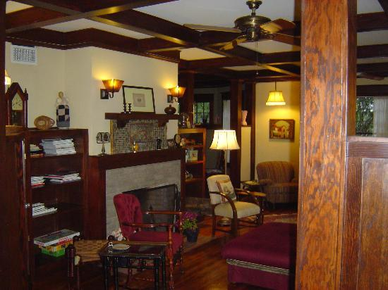 Dickens House Bed and Breakfast: Front Room