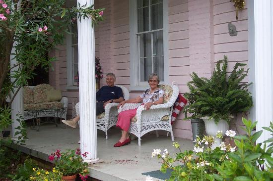 Summerville, Νότια Καρολίνα: Relaxing On The Porch!