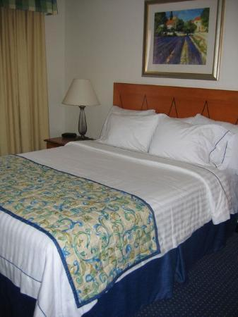 Residence Inn Chico : The bedroom.