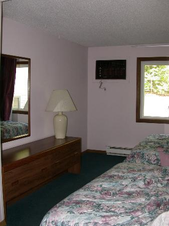 Eastern Inns: Alternate view of bedroom