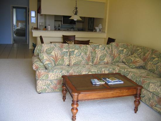 Wailea Grand Champions Villas: Living area from lanai door