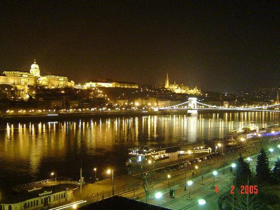 Budapest Marriott Hotel : River view from Balcony Night