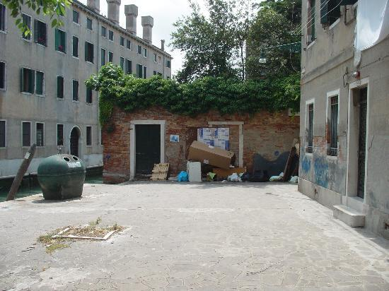 La Perla di Venezia : Rubbish tip outside our room @ al teson(2)