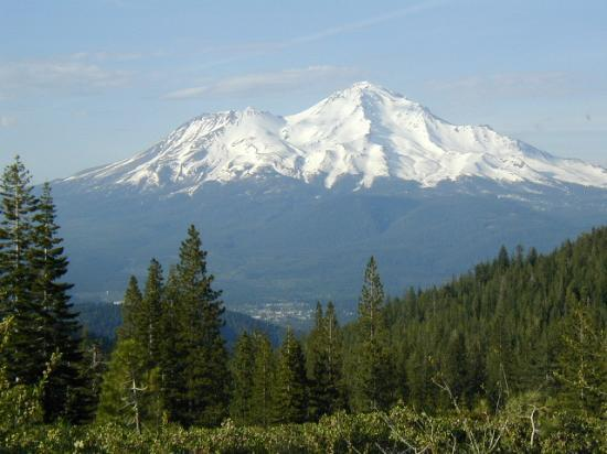 Mount Shasta, Californië: Mt. Shasta looms in the background