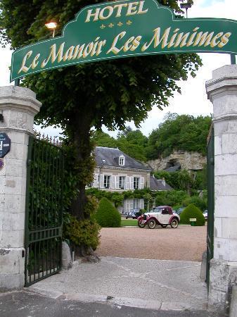 Hotel Le Manoir les Minimes : The gated entrance