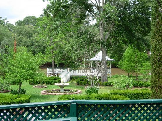 Maison des Amis: garden and gazebo