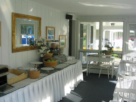 Commodore Inn Resort: Breakfast Area