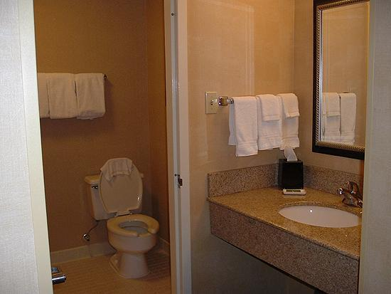 Courtyard by Marriott Bakersfield : Room 248, Bathroom. Excuse the washcloth in the shot. Whoops!