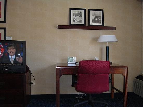 Courtyard Bakersfield : Room 248, work desk and TV