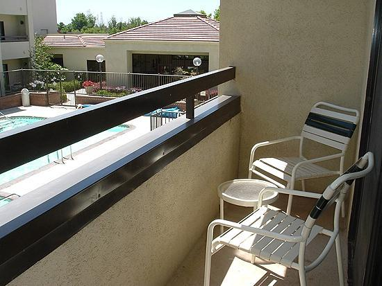 Courtyard Bakersfield : Room 248, balcony and view of the pool area