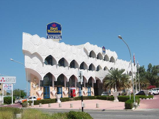 Beach Bay Hotel Muscat: The front entrance of the hotel. Taxis in Muscat are orange and white.