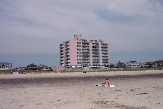 Port-O-Call Hotel: Hotel pic taken from beach