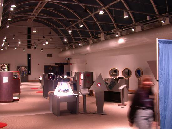 Oakland, Califórnia: One of three large halls with interactive exhibits