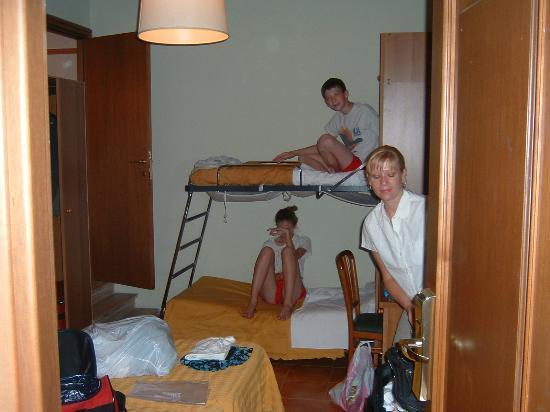 Hotel Trastevere: Cramped room for 4