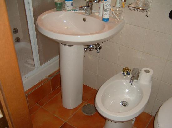 Hotel Trastevere: Cramped bathroom
