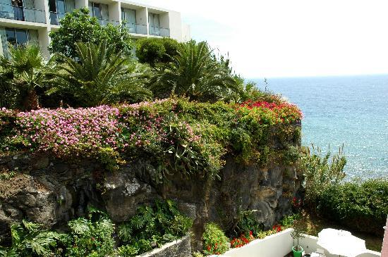Estalagem Ponta do Sol : sorrounded by flowers
