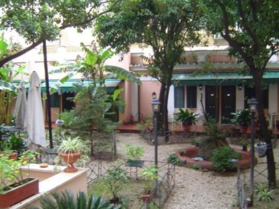 Astoria Garden: Garden Courtyard