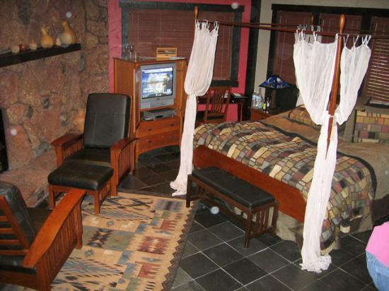 The Lodge at Sedona: Bed, TV