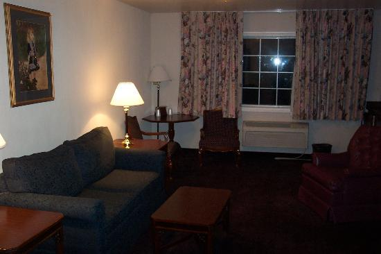 Comfort Inn Mount Shasta Area: Living room of the Carmen Suite