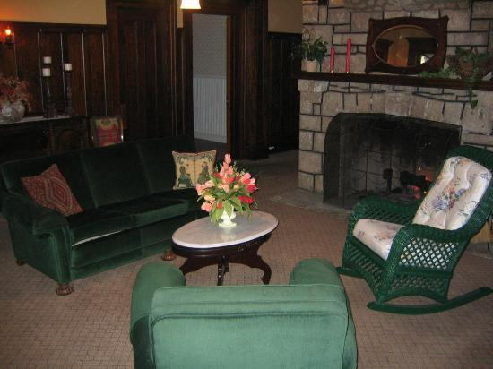 McCloud Guest House: Downstairs sitting area/fireplace
