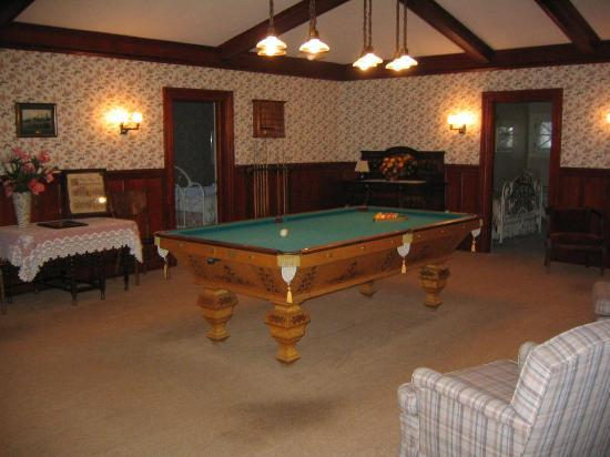 McCloud Guest House: upstairs pool room