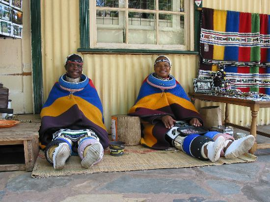 Protea Hotel by Marriott Kruger Gate: Zulu Ladies Doing Traditional Bead Work