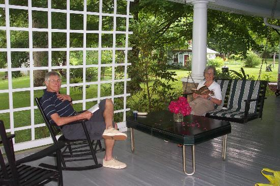 Cozad-Cover House Bed and Breakfast: Sitting on the porch of an evening