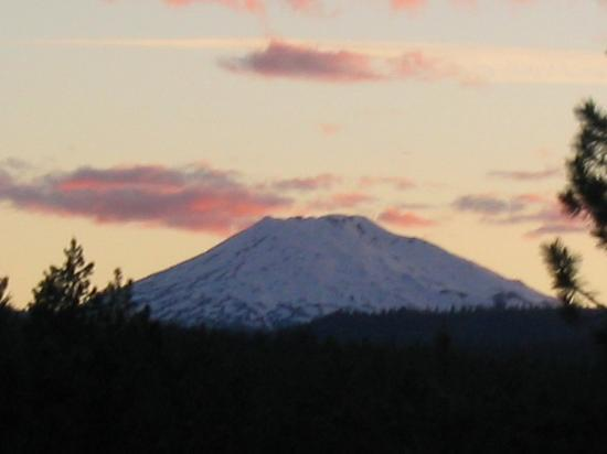 WorldMark Bend - Seventh Mountain Resort: Mt Bachelor at Sunset from the Balcony