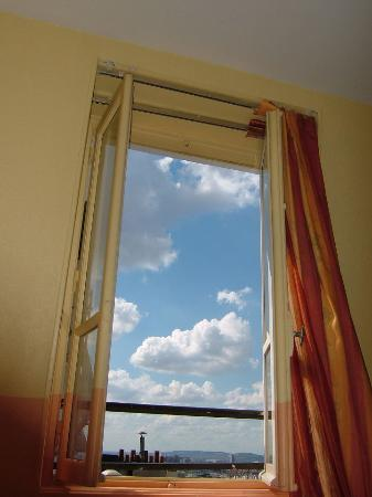 Hotel Roma Sacre Coeur : View of the sky from our 5th floor window.