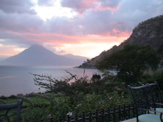 Hotel Atitlan: Sunset from lakeside (hotel grounds)