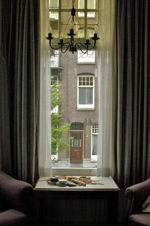 Hotel Washington: Bedroom Window