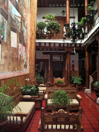 Los Escudos: Our cozy room overlooked this charming courtyard