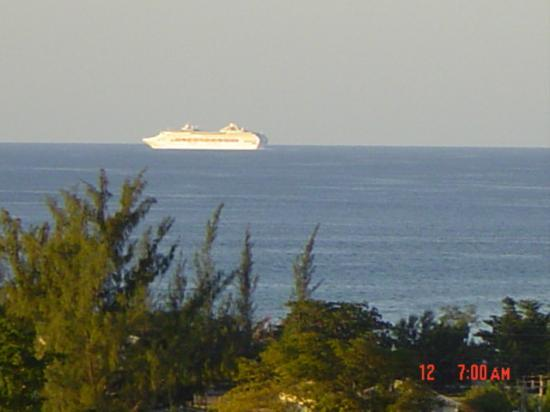 Runaway Bay Heart Hotel: view fron the balcony