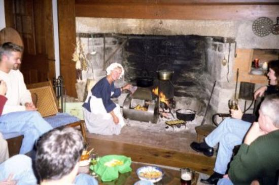 Elias Child House Bed and Breakfast: MaryBeth cooking at the hearth