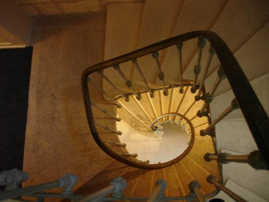 Hotel Au Logis des Remparts : Hotel's spiral staircase (there is a lift for the bags!)