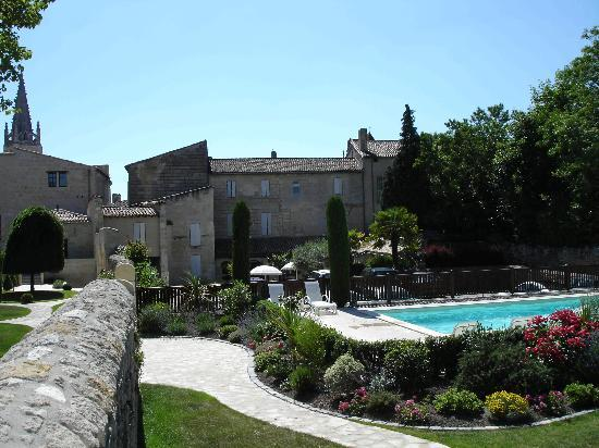 Hotel Au Logis des Remparts : Garden & Pool