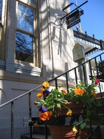 Drury Inn & Suites San Antonio Riverwalk: Street level - Drury Inn Riverwalk