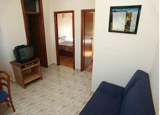 Bacan Serviced Apartments: living room