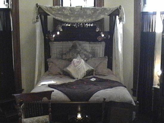 1884 Tinkerbelle's Wildwood Bed and Breakfast: Our room upon arrival
