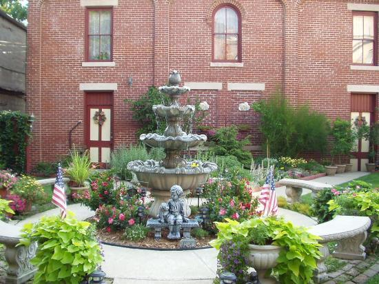 Rocking Horse Manor Bed and Breakfast: Courtyard Fountain