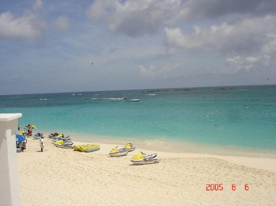 Hotel Riu Palace Paradise Island: The beach.  Look at the turqoise water!