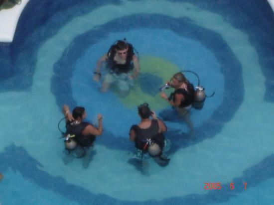 Hotel Riu Palace Paradise Island: Scuba lessons in the pool