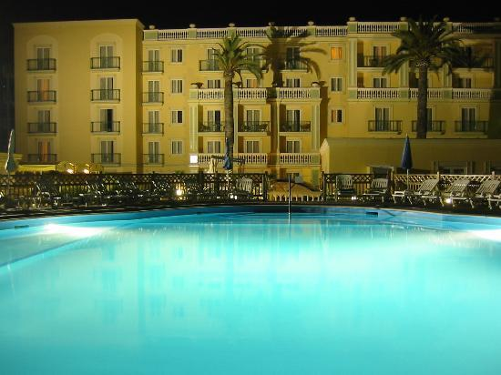 Grand Hotel la Pace: Hotel and pool at lit at night