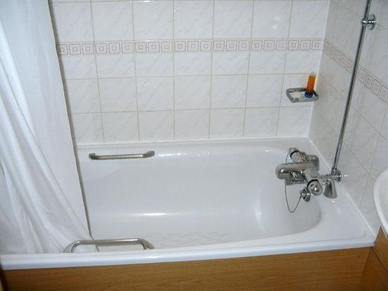 Premier Inn London County Hall Hotel: The Spacious Bathtub