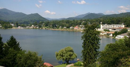 ‪‪Lake Junaluska Conference and Retreat Center‬: Lake Junaluska - a view from the Lambuth Inn - Terrace Inn on the right‬